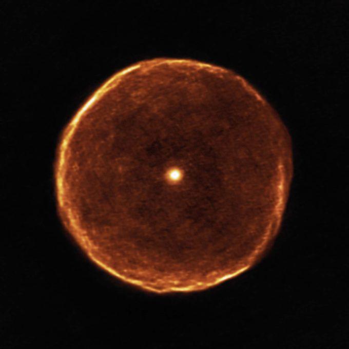 Esta imagen de ALMA revela detalles inéditos en al estructura de la envoltura de U Antilae. Hace aproximadamente 2700 años, U Antilae pasó por un breve periodo de rápida pérdida de masa. Durante ese periodo de tan solo unos cientos de años, el material que formó la envoltura, visto ahora por nuevas observaciones con ALMA, fue eyectado a alta velocidad. El estudio más detallado del envoltorio muestra también evidencia de delgadas nubes ralas conocidas como subestructuras filamentosas. Crédito: ALMA (ESO/NAOJ/NRAO)/F. Kerschbaum