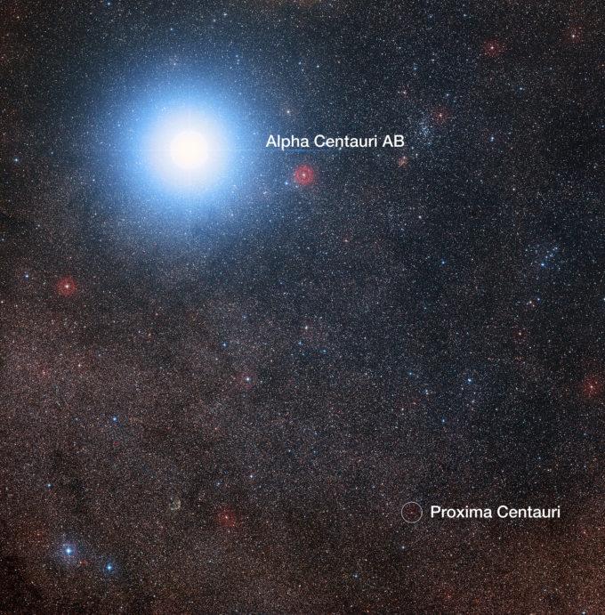 En esta imagen del cielo que rodea a la brillante estrella Alfa Centauri AB también vemos a Próxima Centauri, una estrella enana roja mucho más débil que es, además, la estrella más cercana al Sistema Solar. El montaje fue creado a partir de imágenes que forman parte del sondeo Digitized Sky Survey 2. El halo azul alrededor de Alfa Centauri AB es un artefacto del proceso fotográfico, en realidad la estrella es de color amarillo pálido, como el Sol. Crédito: Digitized Sky Survey 2 | Reconocimiento: Davide De Martin/Mahdi Zamani