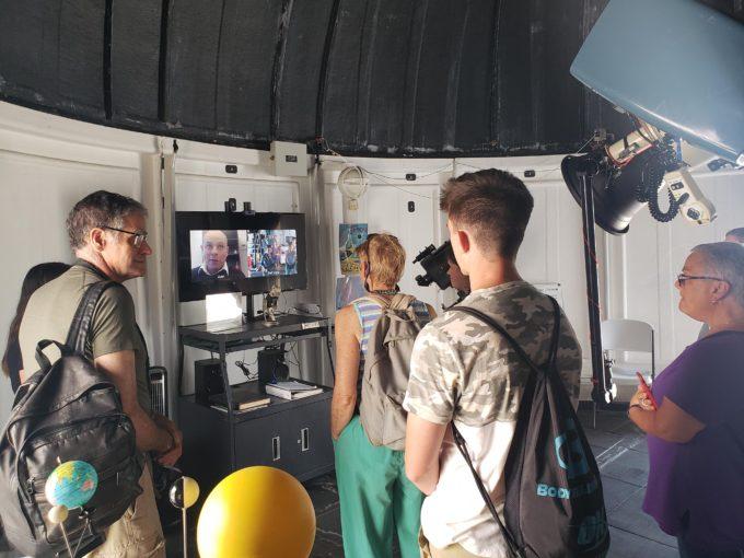 Un grupo de visitantes del museo conversa con Juan Cortés, astrónomo de operaciones en ALMA. Crédito: Rebecca Ljungren (Museo Aeroespacial Nacional Smithsonian).